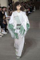 パリ・コレクション公式プログラムのオープニングを飾った「マメ」のショー。「包む」という概念から着想した=23日、パリ(共同)