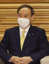 閣議に臨む菅首相=4日午前、首相官邸