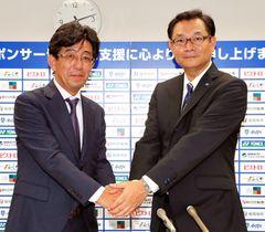試合前、九州産業大と共同研究契約を発表した福岡・川森社長(右)と磯貝浩久教授