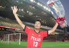 引退試合後サポーターの声援に応える、J1浦和で活躍した元日本代表の鈴木啓太氏=埼玉スタジアム