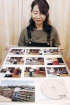 田中さんが撮影した写真を手にする河辺さん=能美市緑が丘10丁目