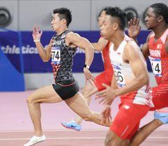 男子100メートル決勝で力走する桐生祥秀(左)。10秒10で優勝した=ドーハ(共同)