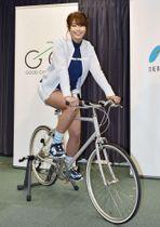 自転車大使に任命された稲村亜美さん=23日、国交省