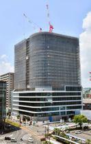 骨組み工事を終え、高さ約100メートルに達した再開発ビル=鹿児島市中央町