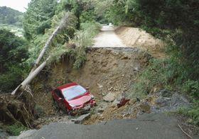 福岡県嘉麻市の市道が崩落し車が転落した現場=19日(画像の一部を加工しています、同市提供)