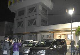 前副市長が逮捕され、報道陣が集まる高知県南国市役所前=18日夜
