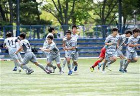試合前の円陣が解け、駆け出すBB秋田U―18の選手たち