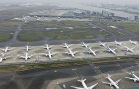 大量欠航を受け、羽田空港の駐機場に並ぶ旅客機=3月