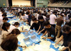 集計作業が進む開票所。参院選は盛り上がりを欠き、長崎選挙区の投票率は過去最低を記録した=21日午後9時50分、長崎市民会館
