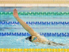 女子200メートル背泳ぎ決勝 2分16秒51で優勝した桐山佳穂(浜名)=浜松市総合水泳場