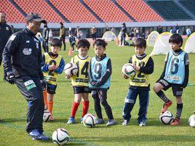 サッカー教室で、子どもたちを指導するFC岐阜の大木武監督=岐阜市長良福光、長良川競技場