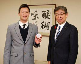 【櫻井市長(右)を表敬訪問した前投手=亀山市役所で】