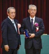 「関西元気文化圏賞」の2018年の大賞を受賞した京都大の本庶佑特別教授(右)=22日、大阪市