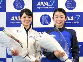 ANAの激励会で花束を贈られ、笑顔を見せるショートトラック女子の菊池悠希(左)とアイスホッケー女子の床亜矢可=12日、東京都港区