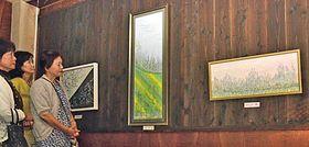 北海道の自然の美しさなどを表現した刺しゅう作品に見入る来場者