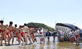古式捕鯨を再現した「通くじら祭り」=15日午後、山口県長門市
