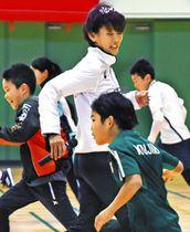 小学生に正しい走り方を伝える有森さん(中)=安曇野市穂高の穂高総合体育館で
