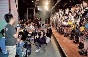 AKB48のメンバーに質問する児童ら=20日午後、東京・秋葉原のAKB48劇場