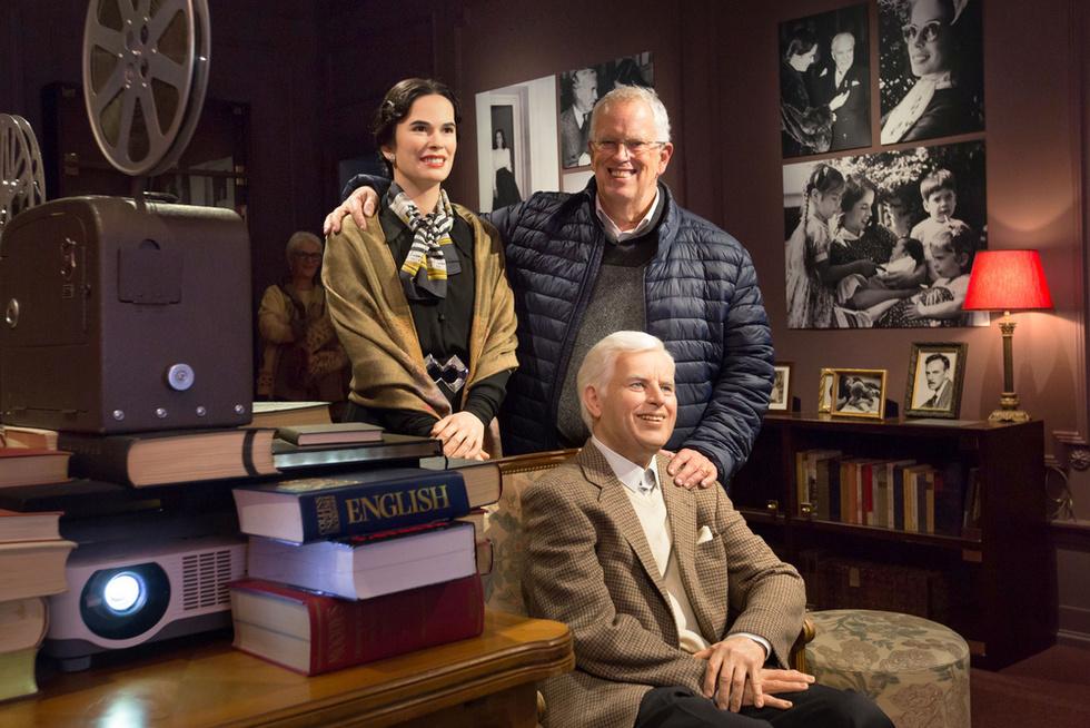 スイス・ブベイにある「チャップリンの世界」博物館で、映画を楽しむろう人形のチャップリン夫妻とポーズをとる息子ユージン(後列右)(撮影・澤田博之、共同)