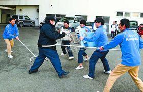 不審者役(左から2人目)に対応する施設職員=吉野川市川島町の健祥会ウェル