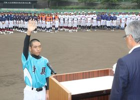 力強く選手宣誓する対馬ヤマネコボーイズの高松主将(左)=対馬市、厳原総合公園野球場