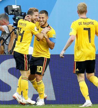 ベルギー―イングランド 後半、2点目のゴールを決め、メルテンス(左)と喜ぶベルギーのE・アザール(中央)=サンクトペテルブルク(共同)