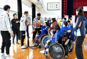 鹿児島レブナイズの選手とバスケットボールを楽しむ串木野養護学校中学部の生徒=いちき串木野市の同校