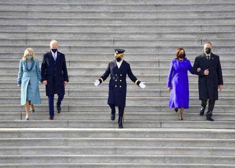 就任式後、米連邦議会議事堂の階段を下りるバイデン新大統領夫妻(左)とハリス新副大統領夫妻(ロイター=共同)