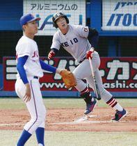 城西国際大戦の1回、慶大・中村健が先頭打者本塁打を放つ。投手舘=神宮