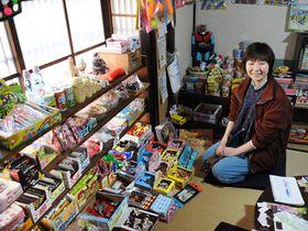 自宅の町家で休日に駄菓子屋を開いている北原さん。本業は体験型ゲームを開発する会社のプロデューサーだ(京都市上京区)