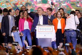 コロンビア大統領選で勝利し、支持者に手を振るイバン・ドゥケ前上院議員=17日、ボゴタ(ロイター=共同)