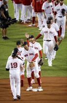 アストロズに勝ち、タッチを交わして喜ぶレッドソックスの選手たち=ボストン(AP=共同)