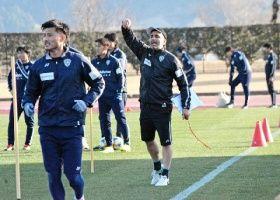声を張り上げて選手を指導するJ2福岡のペッキア監督(右)
