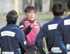 長崎のキャンプで選手に指示を出す手倉森監督(左から2人目)=沖縄県西原町の町民陸上競技場