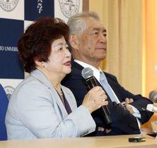 ノーベル賞受賞決定を受け、記者会見する本庶佑京大特別教授と妻滋子さん