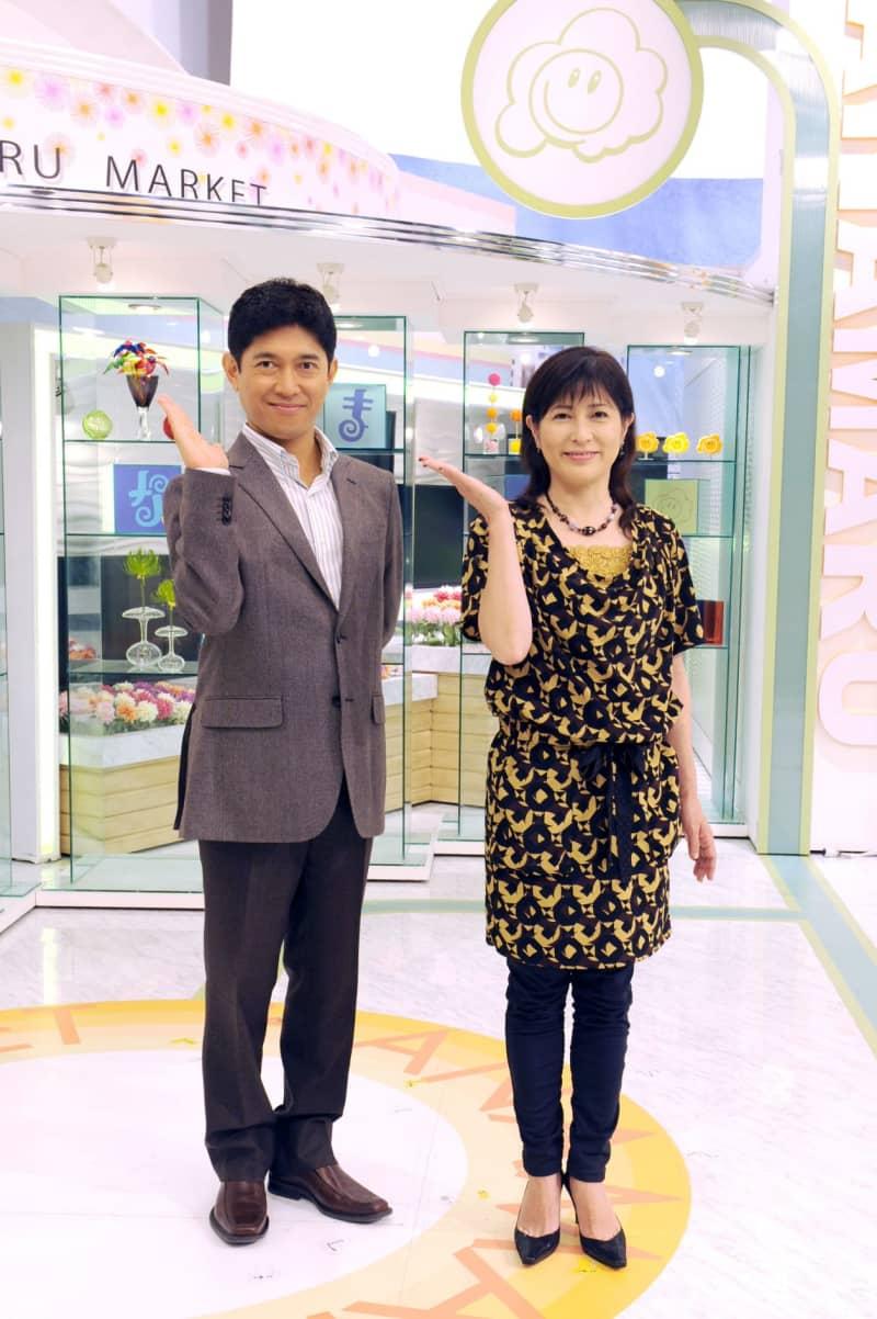 「はなまるマーケット」の司会を務める岡江久美子さん(右)と薬丸裕英さん=2011年10月、東京都港区