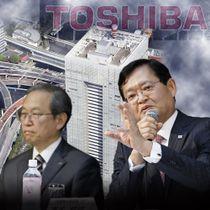 東芝本社ビルと看板を背景に、車谷暢昭会長兼最高経営責任者(CEO)(右)と綱川智社長(左)のコラージュ