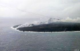 溶岩が海まで流れていることが確認された東京・小笠原諸島の西之島=7日午後(海上保安庁提供)