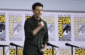 18日、米西部カリフォルニア州サンディエゴで、映画「トップガン」の続編を紹介する俳優のトム・クルーズさん(AP=共同)