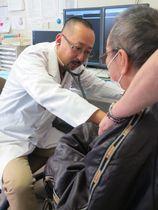 医師不足が深刻な福島県に非常勤医として通い続ける井下医師=同県南相馬市の渡辺クリニック