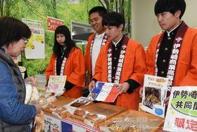 買い物客にパンを紹介する生徒