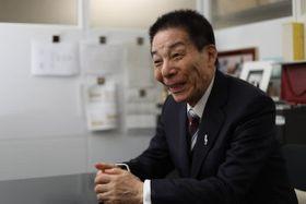 東京・永田町の個人事務所で共同通信のインタビューを受ける古賀誠さん=10月29日