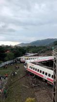 21日、台湾・宜蘭県で脱線した列車。インターネット上の動画より(BEING CHUNG CHOU提供、ロイター=共同)