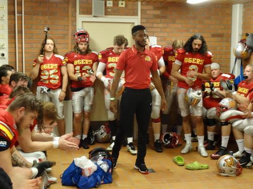 試合前のロッカールームでのダーウィンコーチのモチベーションスピーチ=撮影:山本慎治