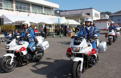 白バイに乗ってパレードに繰り出す隊員=佐世保市、佐世保卸団地協同組合