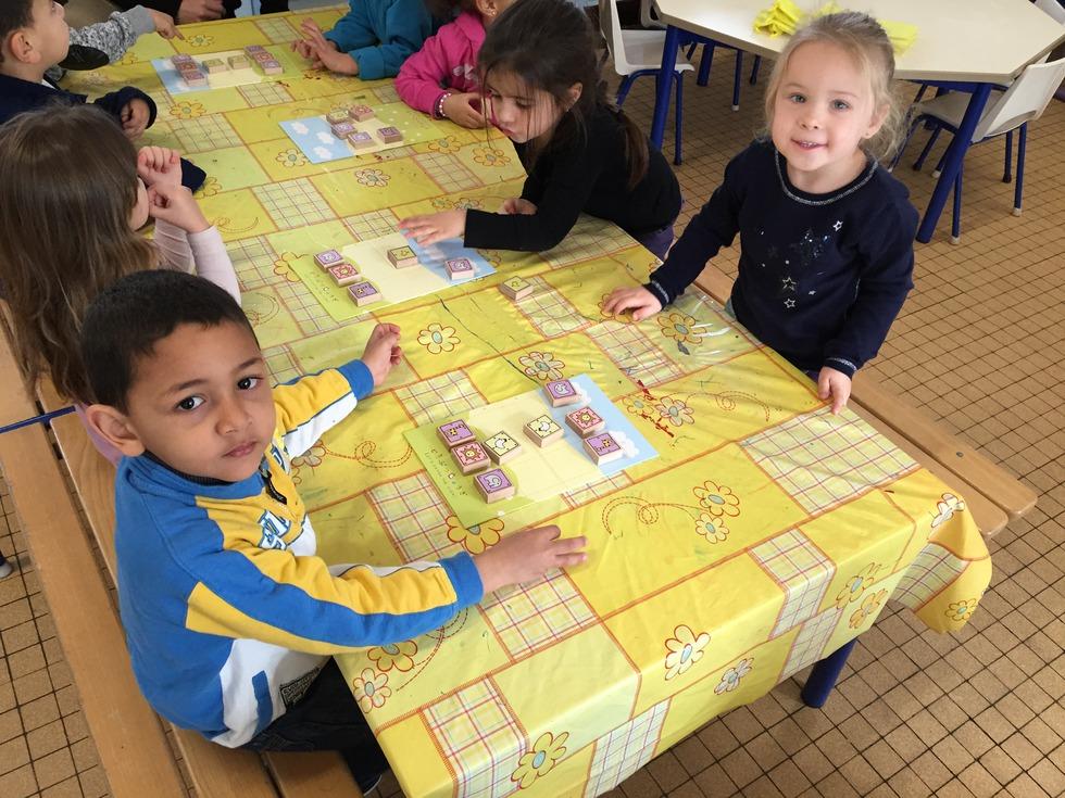 マリーキュリー幼稚園で「どうぶつしょうぎ」を楽しむ子どもたち