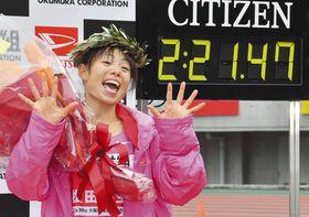 日本陸連の設定記録を突破して優勝し、笑顔の松田瑞生