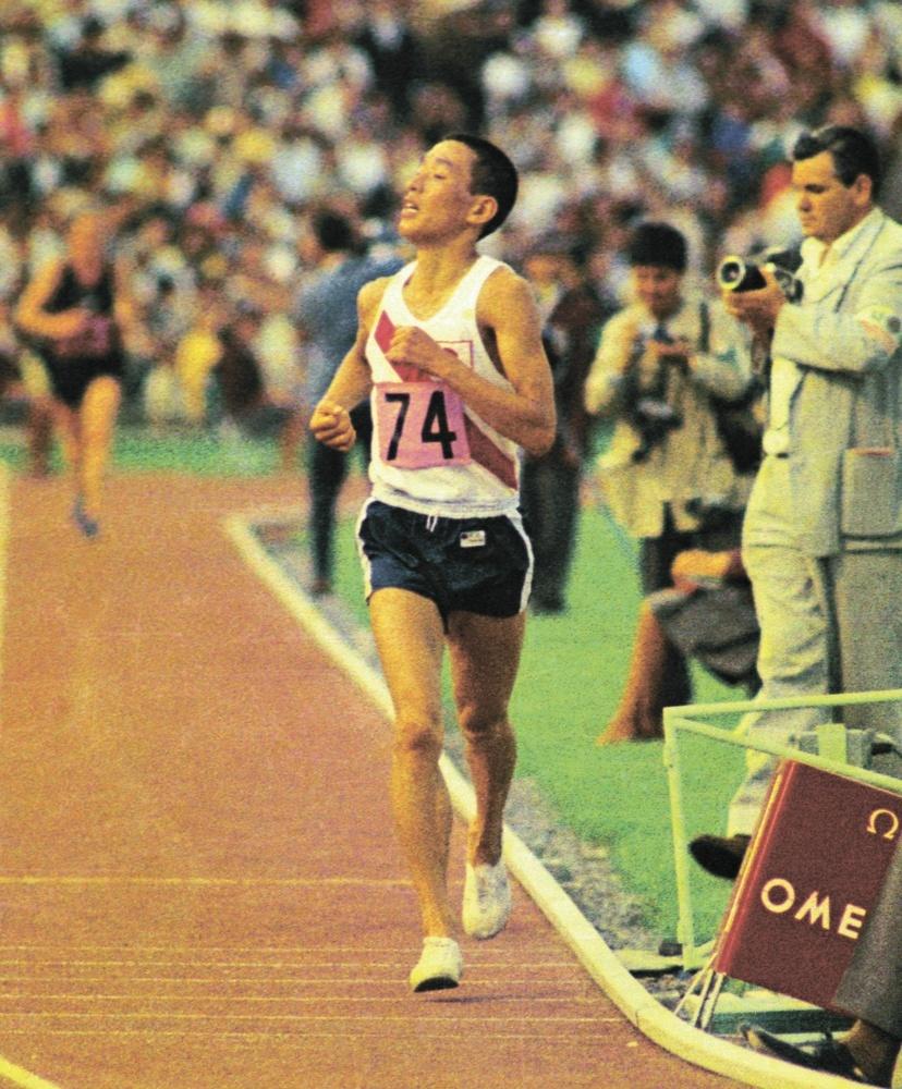 1968年メキシコ五輪男子マラソンで、2位でゴールする君原健二(共同)