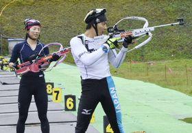 射撃の構え方などについて話し合いながら練習する立崎幹人選手(右)と妻の芙由子選手=2017年10月、札幌市