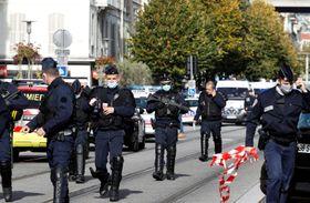 29日、襲撃があったフランス南部ニースの教会付近を警備する治安部隊(ロイター=共同)